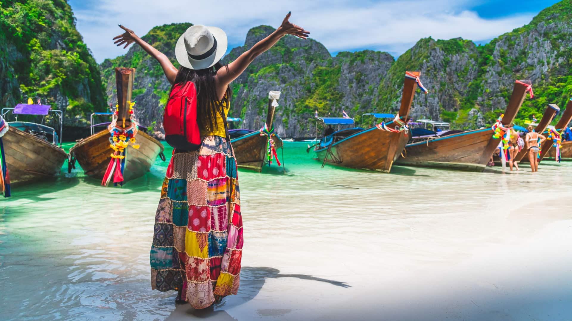 Tourist entdeckt Insel & Strand mit Booten in Thailand
